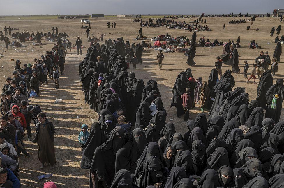 Près de 400 djihadistes arrêtés en tentant de fuir leur dernier réduit en Syrie