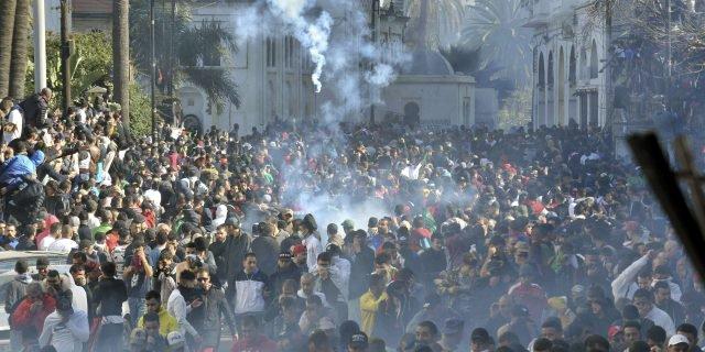 Algérie: Les manifestants maintiennent la pression sur le « système »
