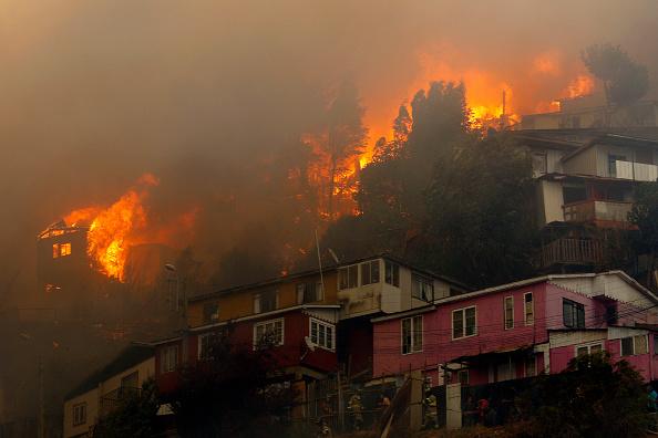 Chili : gigantesque incendie qui ravage les hauteurs de la ville de Valparaiso