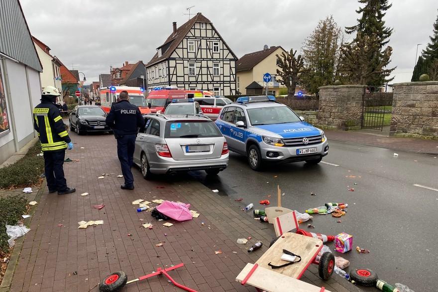 Allemagne: une voiture bélier dans un défilé de carnaval