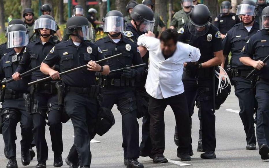 Etats-Unis : Les policiers blancs dégainent plus fréquemment que leurs collègues noirs