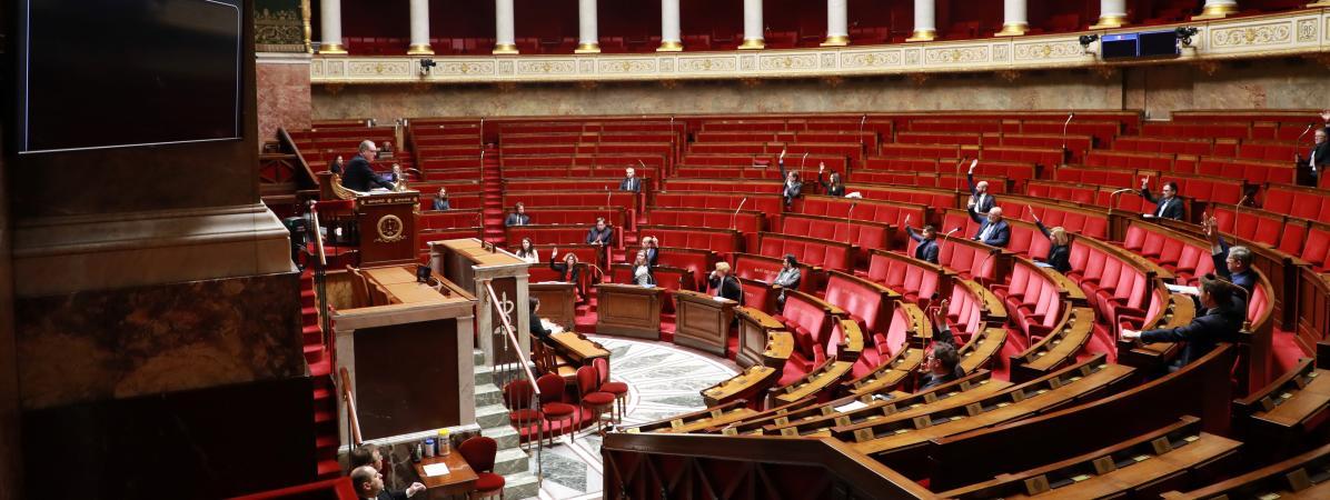 Le Parlement français adopte la loi d'urgence sanitaire pour faire face au coronavirus
